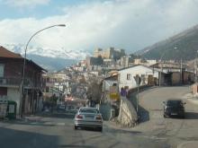 自驾滑雪路过意大利山区小镇城堡
